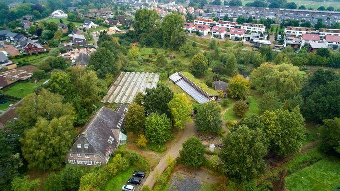 De Kleine Aarde in Boxtel, met links onder de Van Coothhoeve, daarachter een oude kas en rechts daarvan het oude bezoekerscentrum dat inmiddels gerenoveerd is. Het complex is ongeveer 3,7 hectaren groot.