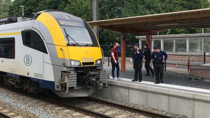 """Bizar incident in station Torhout: man laat trein over zich rijden, krabbelt recht en roept: """"Hopelijk hebben jullie allen veel vertraging"""""""