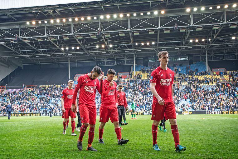 Spelers van FC Twente verlaten het veld na de nederlaag tegen Vitesse. Beeld ANP