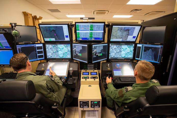 In deze simulator oefent de eerste Nederlandse bemanning hoe ze het best met de Reaper kunnen spioneren.