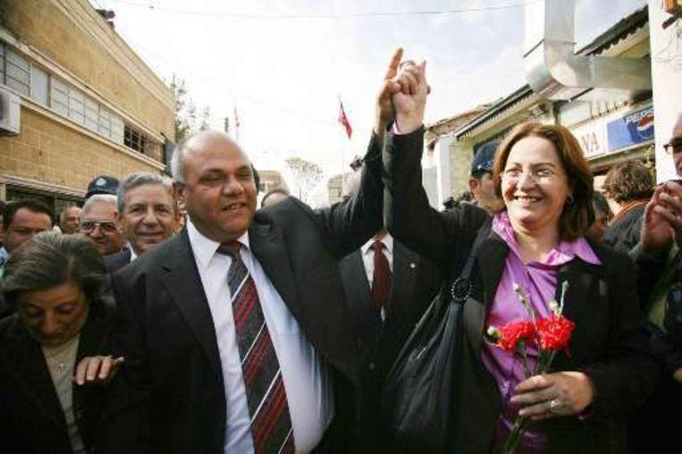 De Griekse burgemeester van Nicosia Eleni Mavru (r) en haar Turkse ambtgenoot Cemal Bulutogullari (l) vieren de heropening van Ledrastraat.