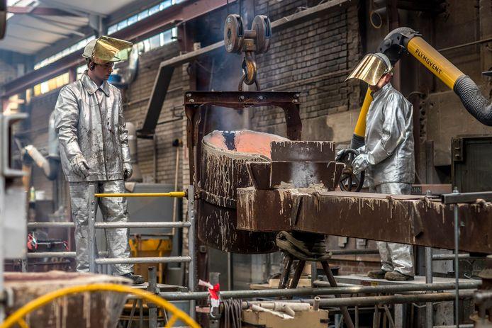 Klokkengieters bezig met klok van 3,5 ton.