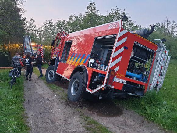 De brandweerwagen reed zich ongelukkig vast.