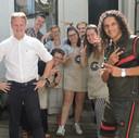 Zanger Ali B en burgemeester Pieter Verhoeve waren dinsdag op bezoek bij Brownies&endownieS in Gouda om te praten over tolerantie.