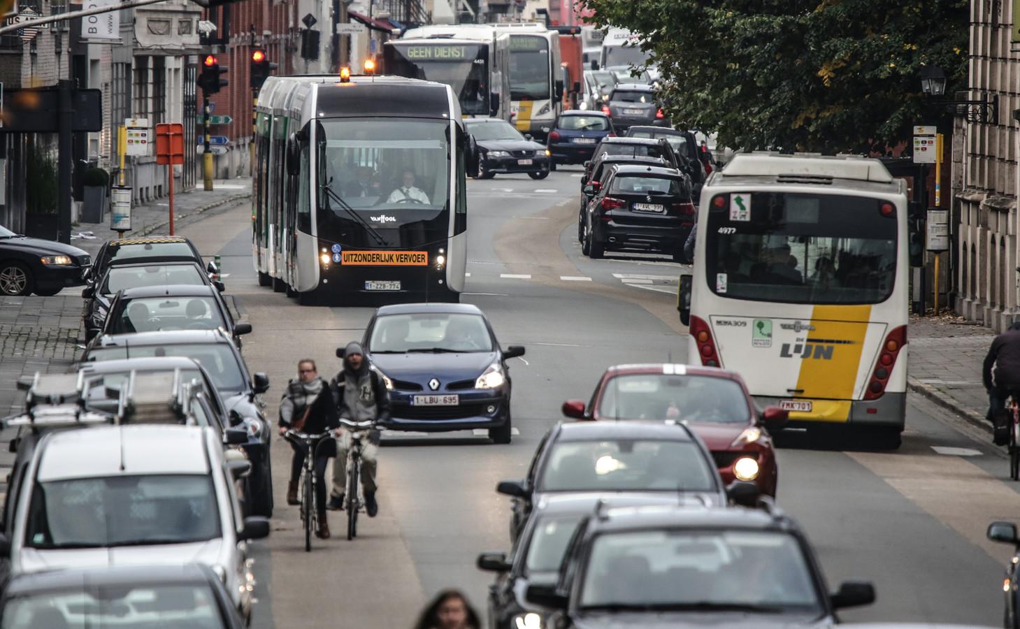 De Doorniksewijk moet heringericht worden. Het is er nu eigenlijk te smal, voor trambussen.