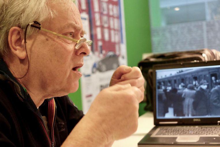 Onderzoeker Lion Tokkie toont beelden van Joden die uit Amsterdam worden weggevoerd. Beeld Ton Damen