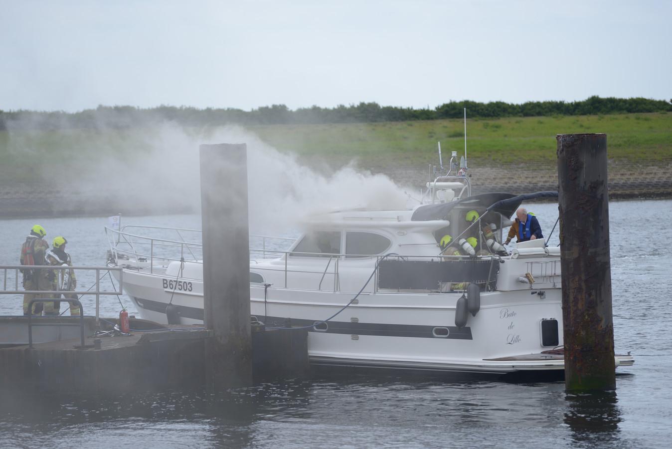 De brand op het jacht ontstond in de machinekamer. Nu ligt het schip in de haven van de Bergse Diepsluis in Tholen.