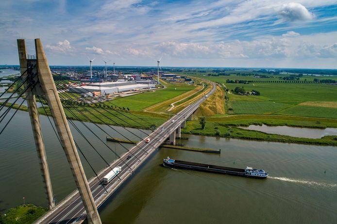 De Melmer, rechts van de snelweg, is in beeld voor een nieuwe haven en industrieterrein.