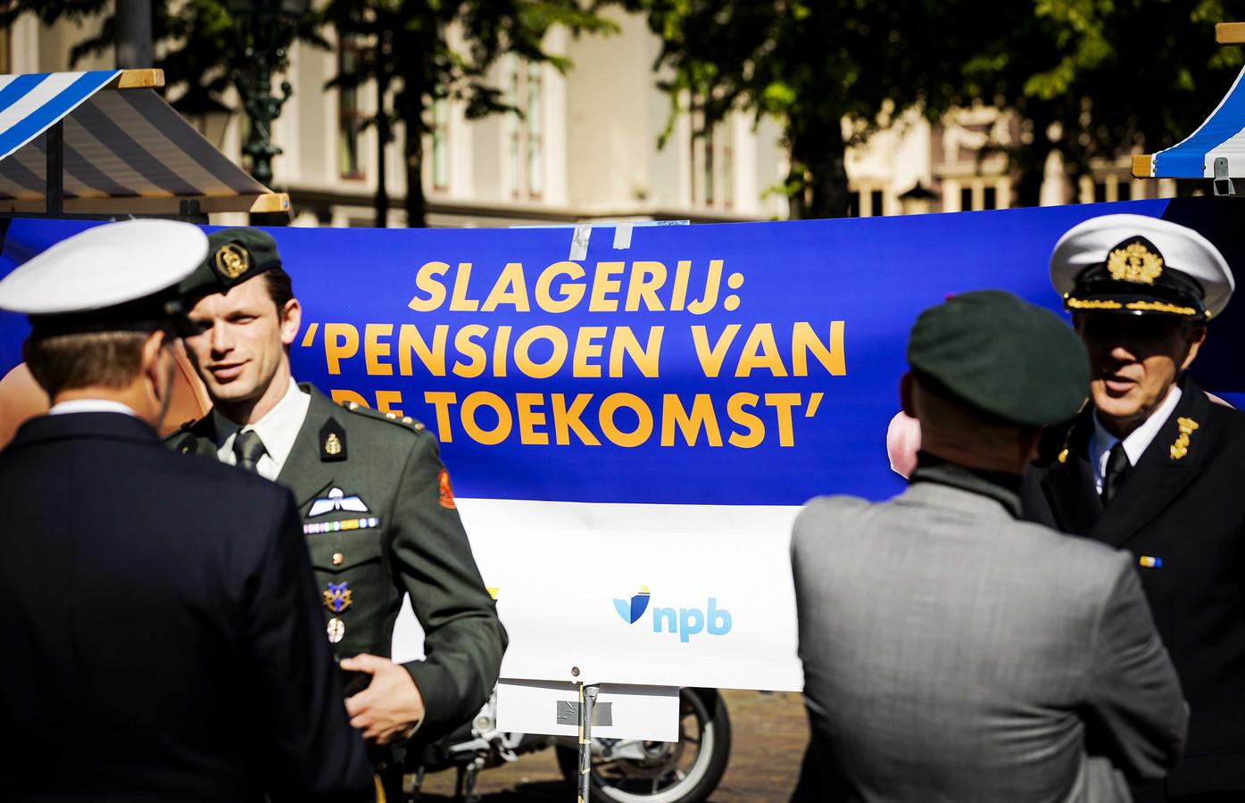 Medewerkers van de politie, defensie, douane, marechaussee en ambulances voeren actie op het Plein voor betere pensioenen