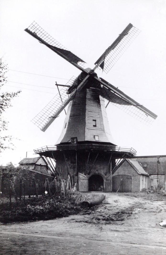 Aan de Hamseweg in Hoogland stond korenmolen De Vriendschap. Op 11 mei 1940 werd deze door Nederlandse militairen in brand gestoken om zo een beter schootsveld te bewerkstelligen.