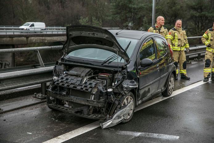 Een van de auto's die betrokken was bij de aanrijding op de verbindingsweg tussen A12 en A50 bij Arnhem.