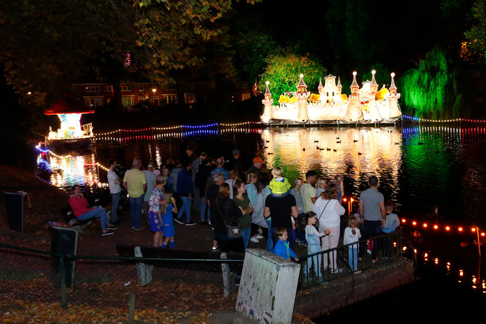 De Lichtjesroute bij de vijver in de 1e Lieven de Keylaan in Eindhoven.