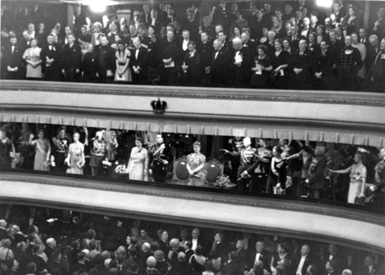 Gasten brengen de Hitlergroet op een gala kort voor het huwelijk van Juliana en Bernhard in 1937. Beeld Nationaal Archief/Collectie Spaarnestad/Fotograaf onbekend