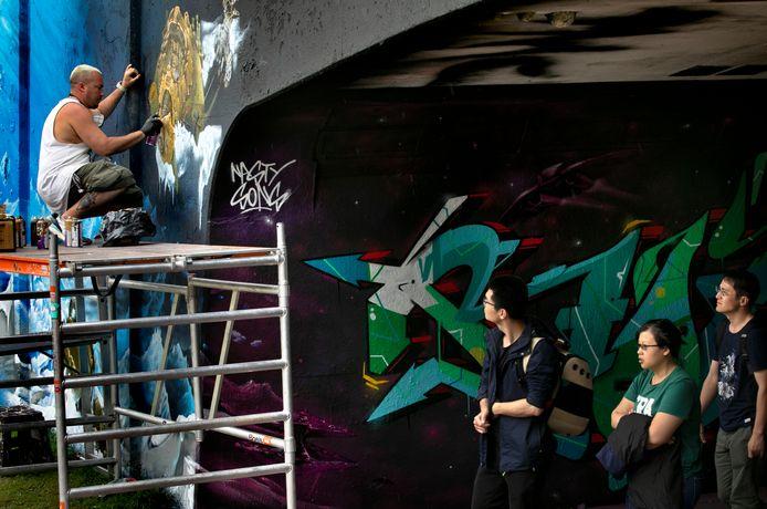 Een graffiti-kunstenaar aan het werk tijdens Step in the Arena van vorig jaar.