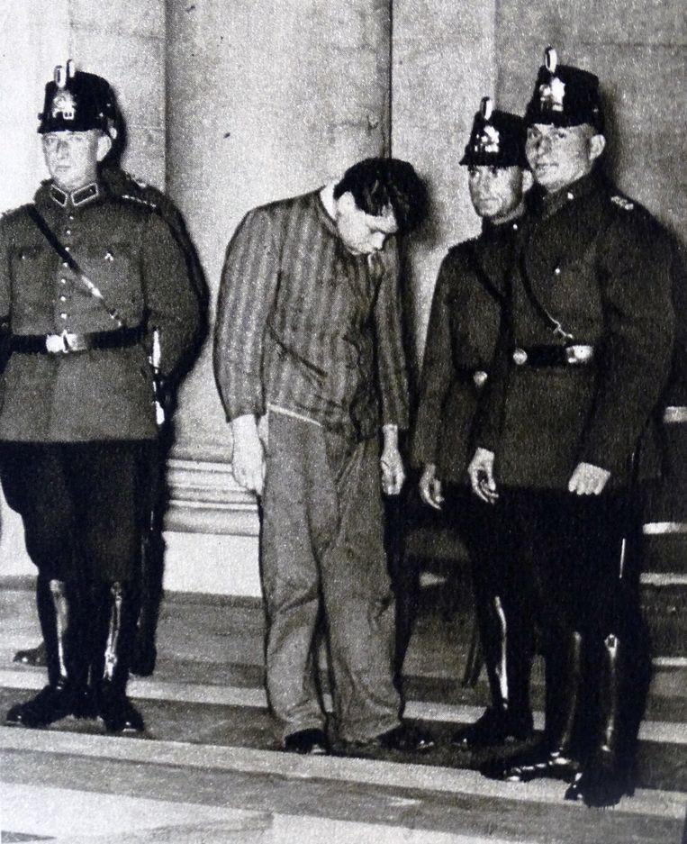 Marinus van der Lubbe met Duitse politieagenten voor aanvang van zijn proces wegens het in brand steken van de Duitse Rijksdag in Berlijn. Beeld Universal Images Group via Getty