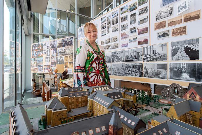Julia Bakker richtte de expositie in met foto's die de zusters zelf en de heemkundekring aanleverden.