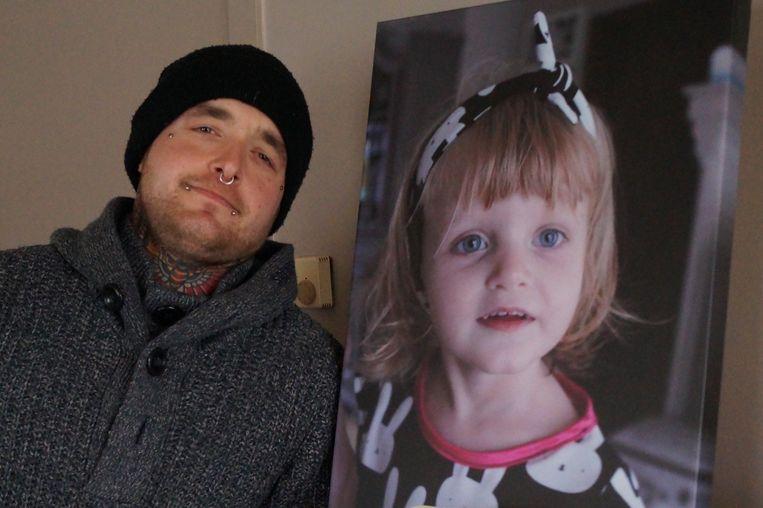 Tim D'Heedene bij een portret van zijn dochter Nyah (4)