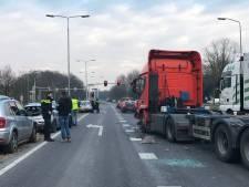 Doorgeschoten vrachtwagen richt veel schade aan op N65, bestuurder gewond