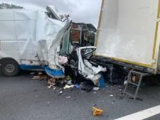 Dode bij aanrijding vrachtwagen en busje op A67 in Brabant