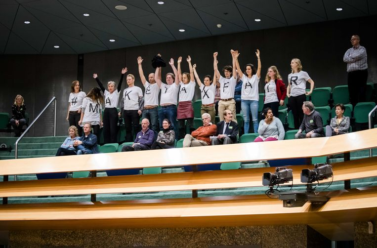 Actievoerders in de Tweede kamer, tijdens het debat over de afschaffing van de dividendbelasting. Beeld ANP