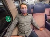 Stijn (26) maakt mondkapjes die matchen met treininterieur: 'OV-gekkies vinden het fantastisch'