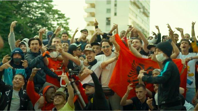 In de videoclip van het nummer is heel wat 'stoerdoenerij' te zien.