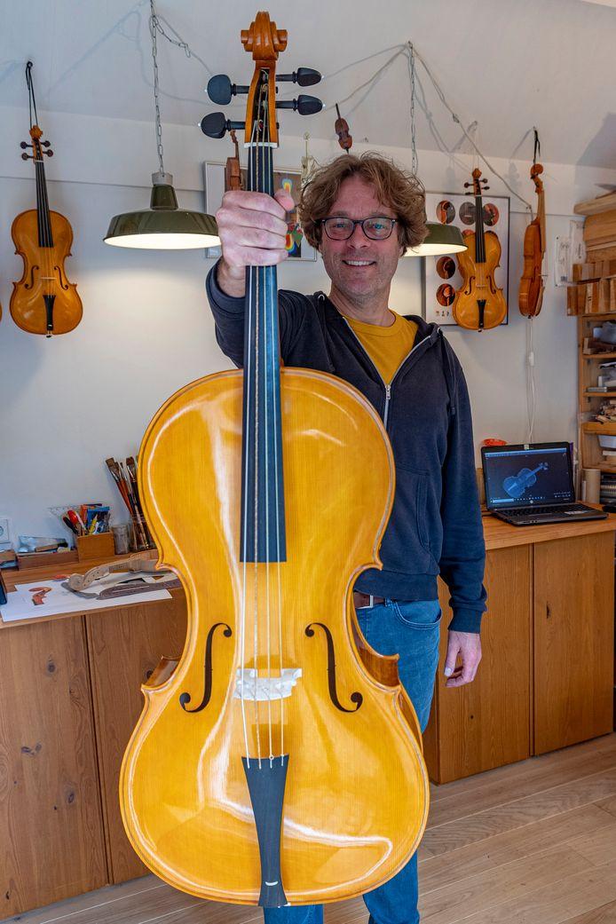 Geerten Verberkmoes met de cello die hij volgens de methode van Benoit Joseph Boussu maakte.