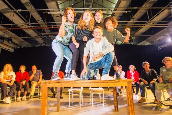 De jonge toneelspelers: Sayo (met donkere krullen), Julie (links naast Sayo ), Josephine (gestreept shirt),  Jip (links ) en Lucas (voor, in grijze trui).