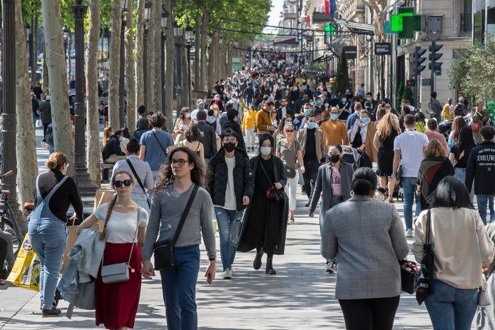 De Fransen flaneren weer over de Champs-Élysées in Parijs, nu de maatregelen zijn versoepeld.
