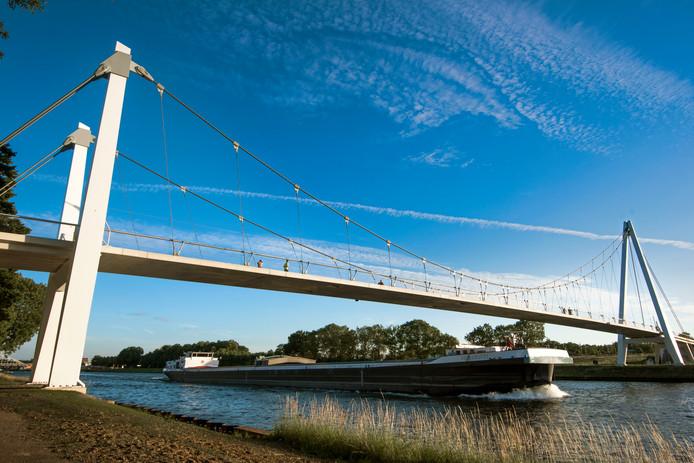 De Dafne Schippersbrug gezien vanaf Oog in Al. De fietsbrug over het Amsterdam-Rijnkanaal trekt vooralsnog minder fietsers dan verwacht.