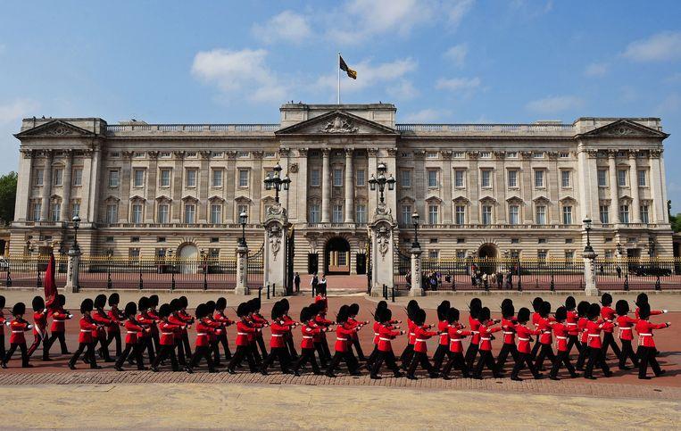De Queen's Guard marcheert voor Buckingham Palace. Beeld AFP