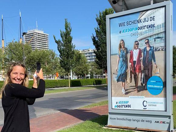 Schepen Charlotte Verkeyn bij de lancering van de #ikkoopinoostende-cheque.