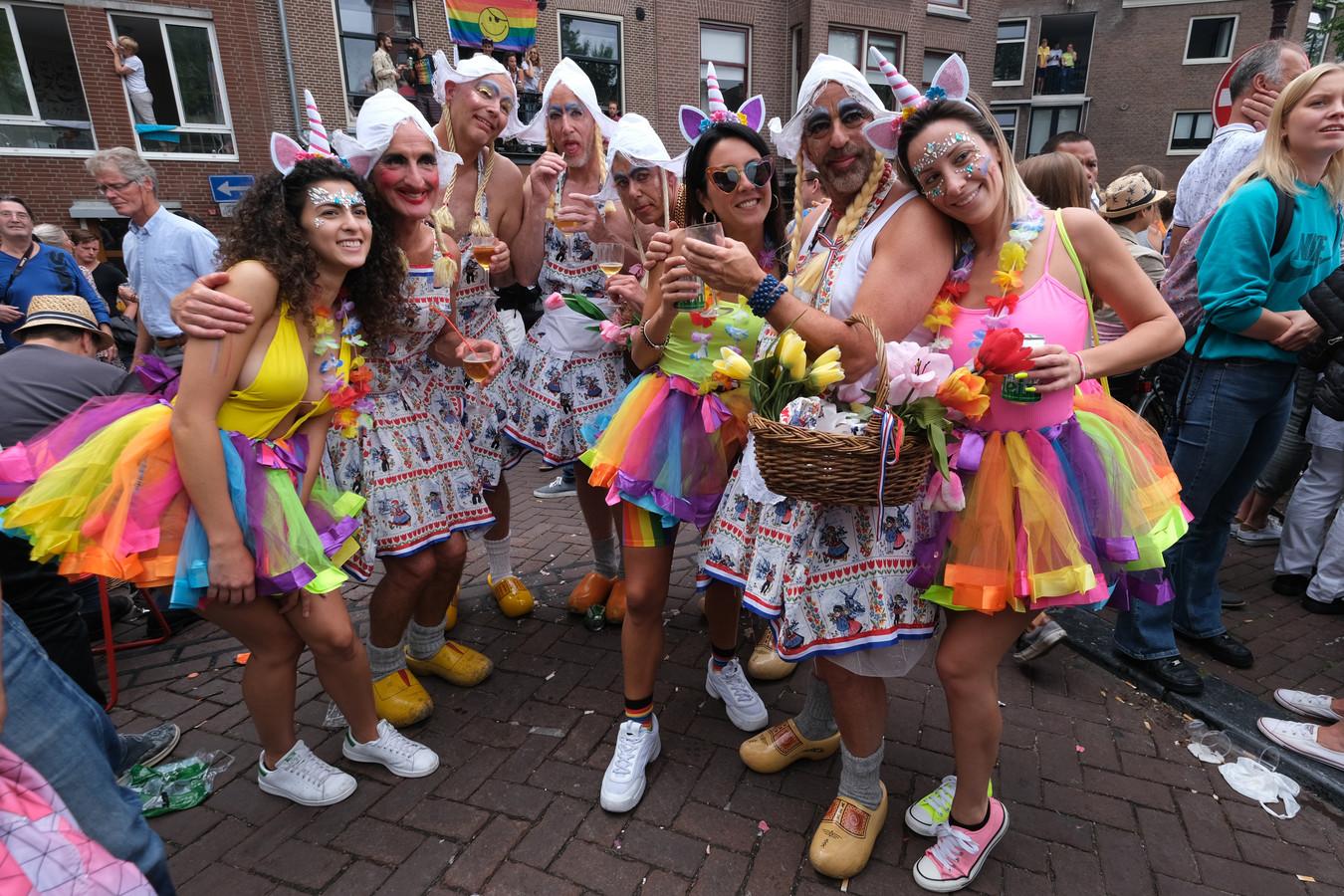 Deelnemers aan de Canal Parade in Amsterdam. Ook de optocht door Zwolle telt deelnemers uit heel Nederland.