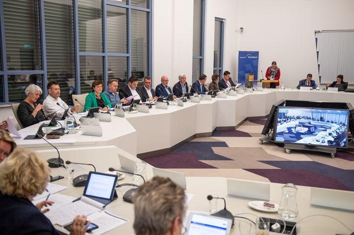 De gemeenteraad van Berkelland in vergadering in de raadzaal in de huidige 'carré'-indeling.