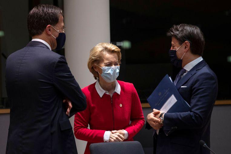 Ursula von der Leyen spreekt met Mark Rutte en Giuseppe Conte. Beeld Reuters