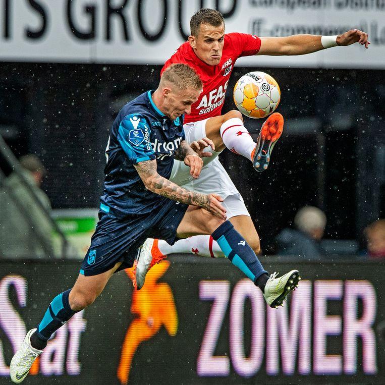 Mats Seuntjes en Alexander Buttner duelleren fel om de bal. Beeld Guus Dubbelman / de Volkskrant