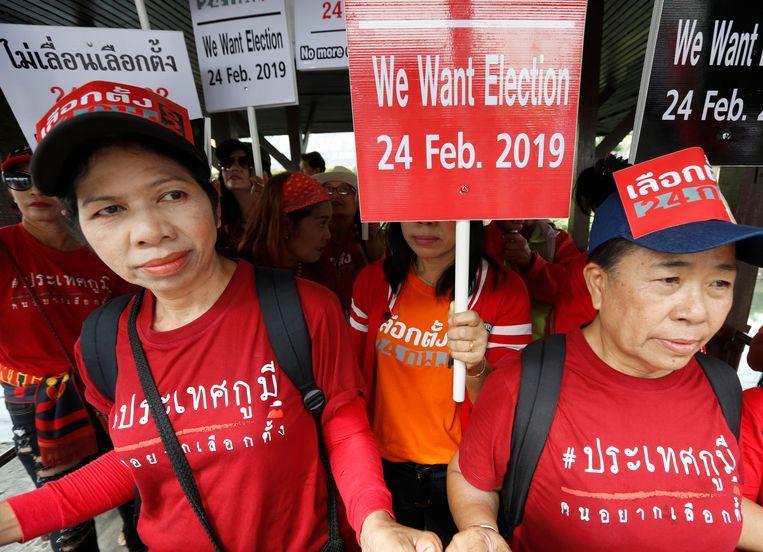 Thaise pro-democratie demonstranten hebben zich verzameld. Ondanks de draconische wetten en zware gevangenisstraffen zijn het afgelopen jaar de proteststemmen steeds luider geworden. Beeld EPA