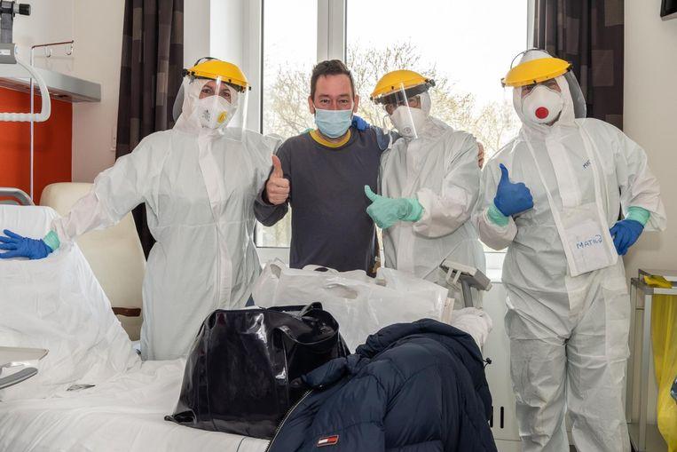 Hoofdverpleegkundige Mieke Devos (links) met twee van haar collega's en naast patiënt Jerry Vandaele.