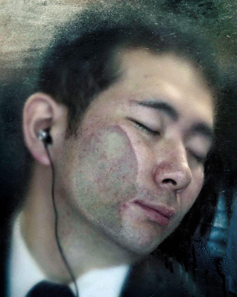 Beeld uit de fotoserie 'Tokyo Compression', over metroreizigers in Japan. Beeld Michael Wolf