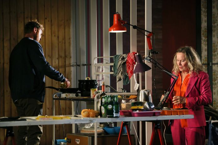 Scène uit Skylight, de eerste voorstelling van Toneelgroep Oostpool in het nieuw seizoen.
