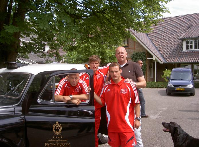 Sneijder (voorgrond) met Heitinga, Huntelaar, Stam en Raymond Strikker van De Bloemenbeek
