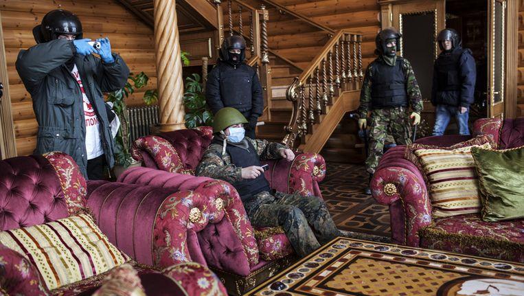 Leden van de oppositie in een van de huizen van Janoekovitsj Beeld getty