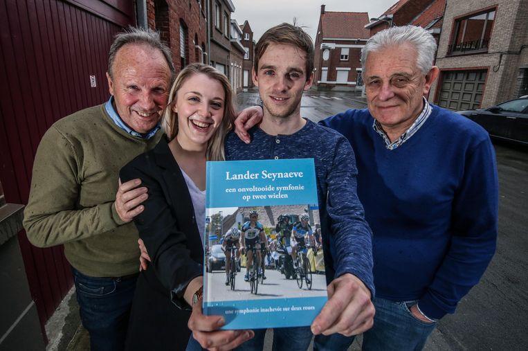 Bernard Callens (rechts) schreef een boek over Lander Seynaeve. Papa Luc Seynaeve staat links, in het midden staat Lander met zijn vrouw Shannon, die vanuit Engeland naar Izegem kwam om bij Lander te wonen.