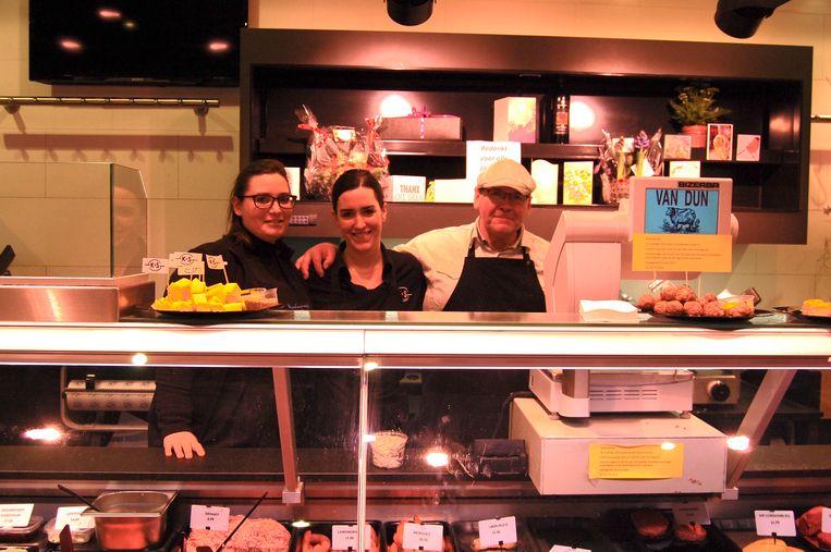 Charita, Selena en Fons Verbaenen staan voor de laatste keer samen te werken in slagerij Van Dun.