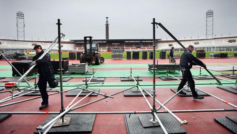 Vanmorgen werd er hard gewerkt aan de aanleg van de ijsbaan, op een verhoging om het gras en de atletiekbaan te beschermen. Beeld Jean-Pierre Jans/www.jeanpierrejans.nl