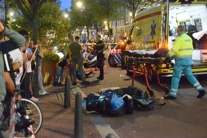 Een zwangere vrouw op een scooter is gisteravond gewond geraakt bij een aanrijding op de Stationsweg in Den Haag. Ze is met spoed naar het ziekenhuis gebracht.