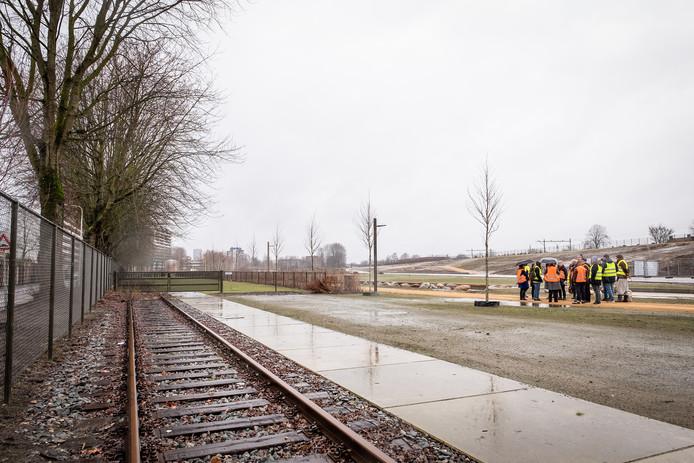 Stuk rails bij het terrein van de Stadscamping, waar één van de wagons komt te staan.