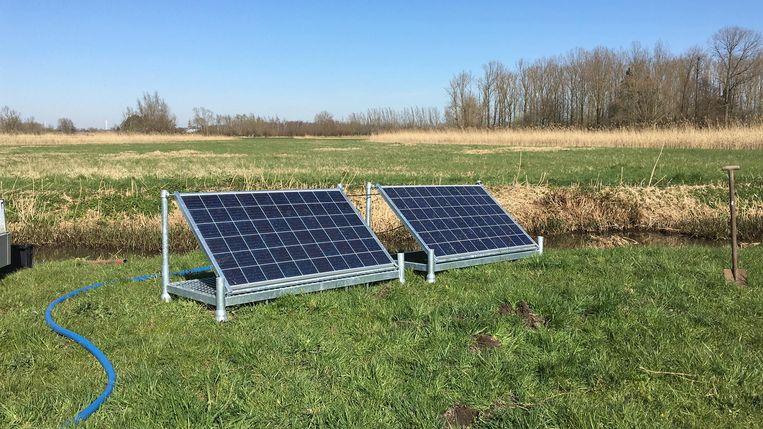 De pomp wordt aangedreven door zonnepanelen.