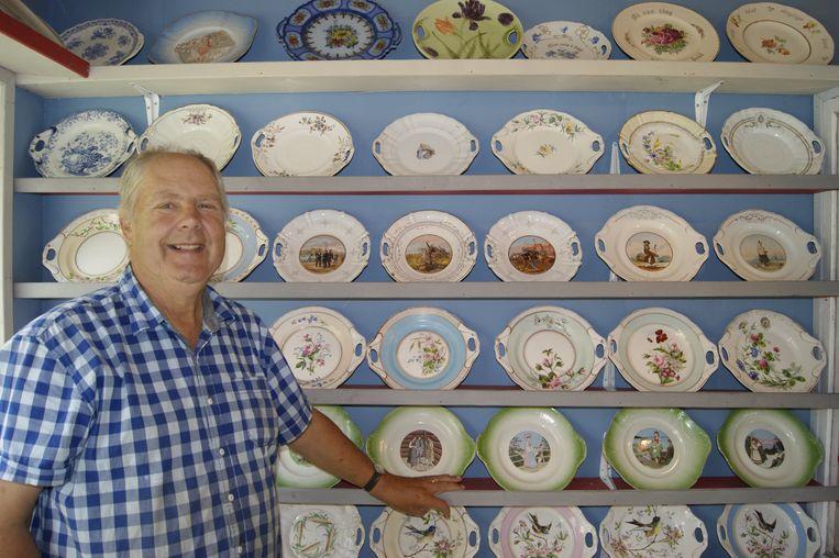 Arne verzamelde al ruim 50 jaar porselein en heeft honderden vierkante meters servies. Hij  heeft ook een verkooppunt met alles wat hij 'over' heeft. Beeld