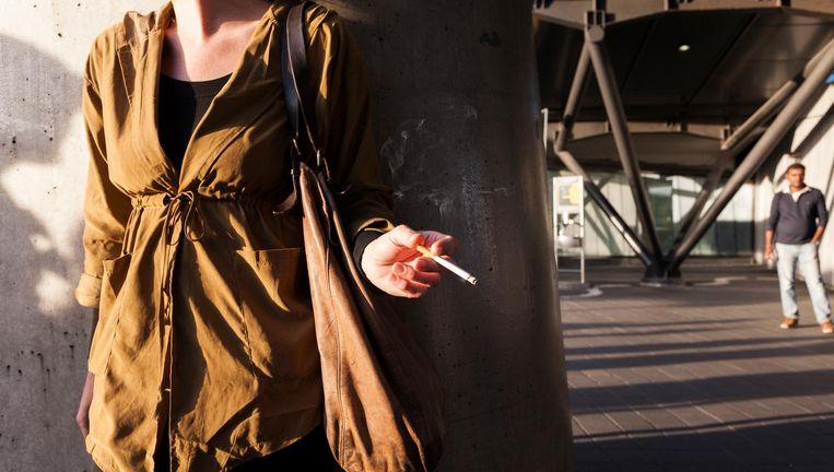In de praktijk knijpt de roker met mond en vingers een deel van de gaatjes dicht. Beeld anp